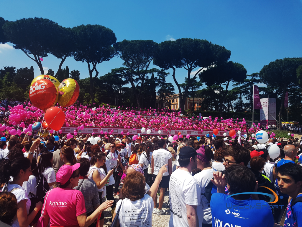 Donne in rosa. Palloncini rosa. Tumore al seno. Race for the Cure