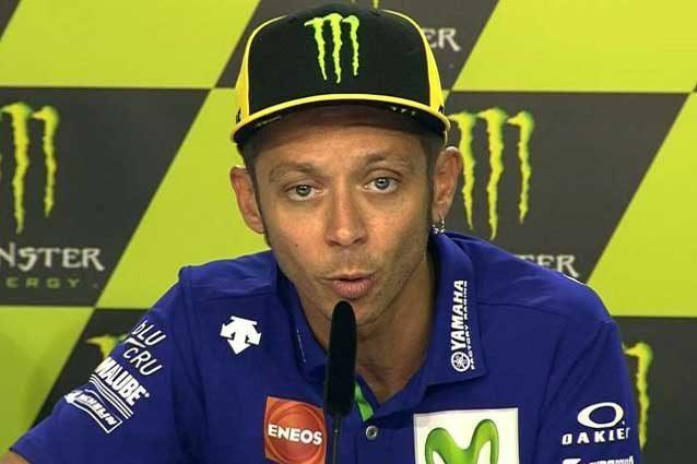 Valentino Rossi al microfono durante una conferenza