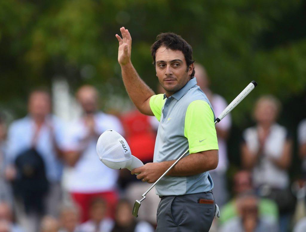 Francesco Molinari che saluta gli spettatori durante una partita